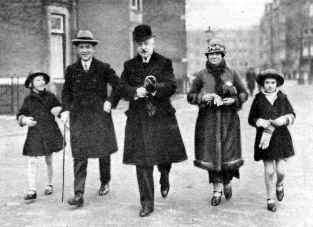 De familie Geelkerken. Met in het midden (met bolhoed) predikant Johannes. Bron: dbnl.org