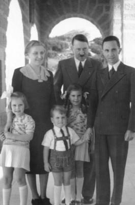 Adolf Hitler en de familie Goebbels, 1938. Bron: Wikipedia