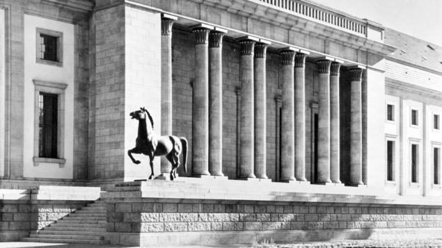 Een van de paarden voor de Rijkskanselarij (tagesspiegel.de)