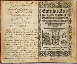 Een Geuzenliedboek uit 1581; een verzameling Geuzenliederen tegen Spanje, Alva, voor Oranje, de strijd van de protestanten tegen de katholieken en geestelijke liederen.