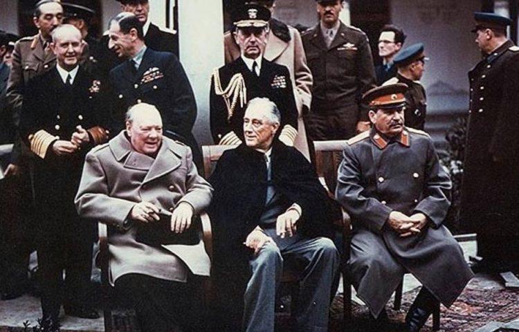 Beroemde foto van Churchill, Roosevelt en Stalin, tijdens de conferentie van Jalta (1945). Twee maanden voor de dood van de Amerikaanse president