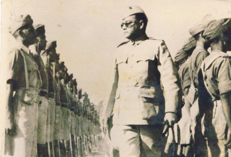 Bose inspecteert de troepen, ca. 1940