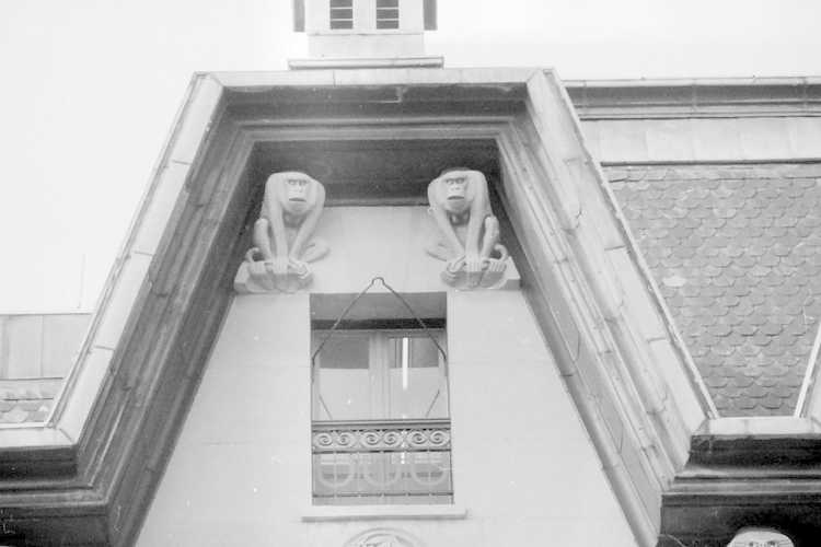 Damrak 25-30, prent, ca. 1902. Op de nrs. 26-27 magazijn en op nr. 28, 29, 30 kantoorgebouw van verzekeringsmaataschappij 'De Utrecht', met daartussen ingang Karnemelksteeg. Foto Beeldbank Stadsarchief Amsterdam.