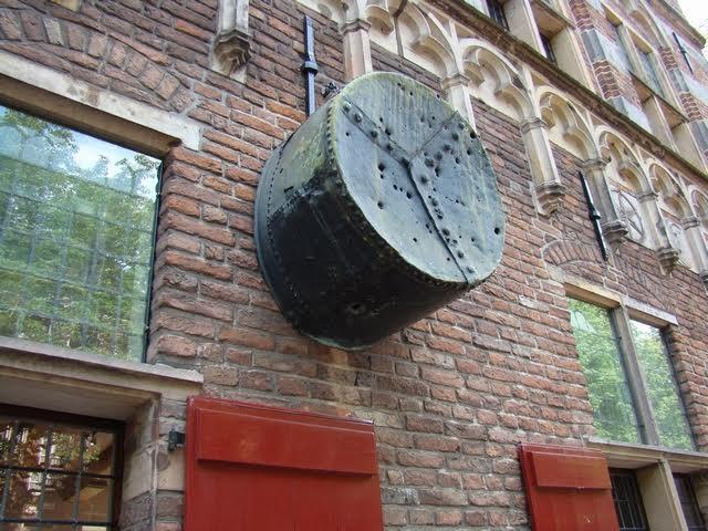 Ketel in Deventer waarin een muntmeester in 1434 levend gekookt werd. Bron: Wikimedia
