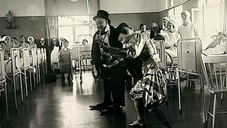 De Fratellini-clowns brengen in 1935 bezoek aan Diaconessenhuis (Pinterest  Máxima Medisch Centrum)