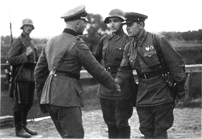 Duitsers en Sovjets schudden elkaar de hand tijdens de invasie van Polen - cc