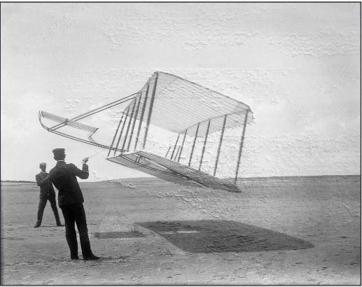 Wilbur (links) en Orville laten hun zweefvliegtuig vliegen als een vlieger.