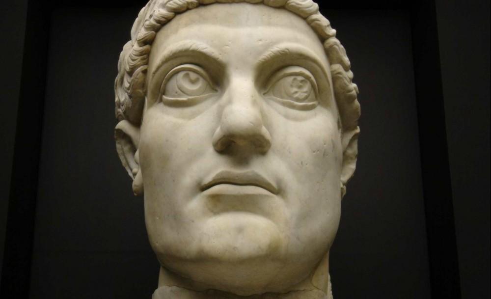 Kopie van de kop van een kolossaal beeld van Constantijn Rome, 312–15 - Trier, Rheinisches Landesmuseum Rome, Musei Capitolini, Palazzo dei Conservatori, Cortile