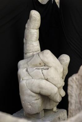 Rechterhand van een kolossaal beeld van Constantijn, Rome, ca. 315 / Marmer, h 161 cm /, Rome, Musei Capitolini, Palazzo dei Conservatori, Cortile