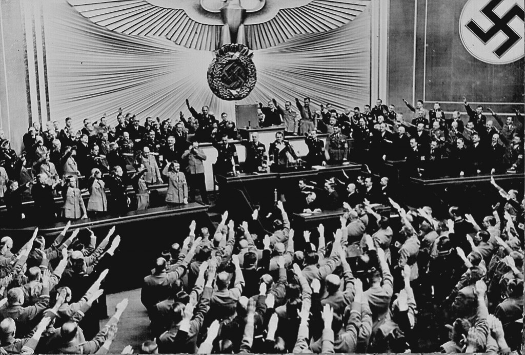 Ovationeel applaus voor Hitler in de Reichstag, nadat hij de Anschluss in maart 1938 heeft aangekondigd. Bron: www.rarehistoricalphotos.com