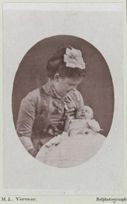 Maurits Verveer, Portret van Koningin Emma en prinses Wilhelmina, 1880. Koninklijke verzamelingen, Den Haag.