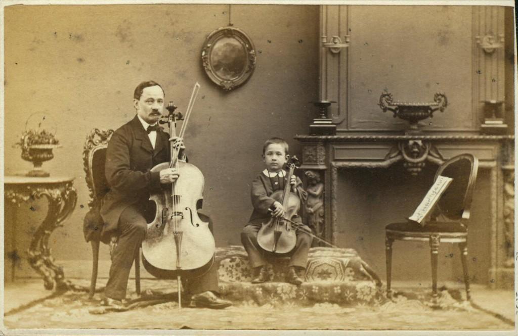 Maurits Verveer, Portret van man met cello en jongen met viool in huisinterieur, 1860-1880. Rijksprentenkabinet, Amsterdam