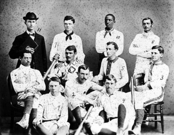 Teamfoto met Moses Fleetwood Walker zittend, links. Staand in het midden zijn broer die later in de league kwam.
