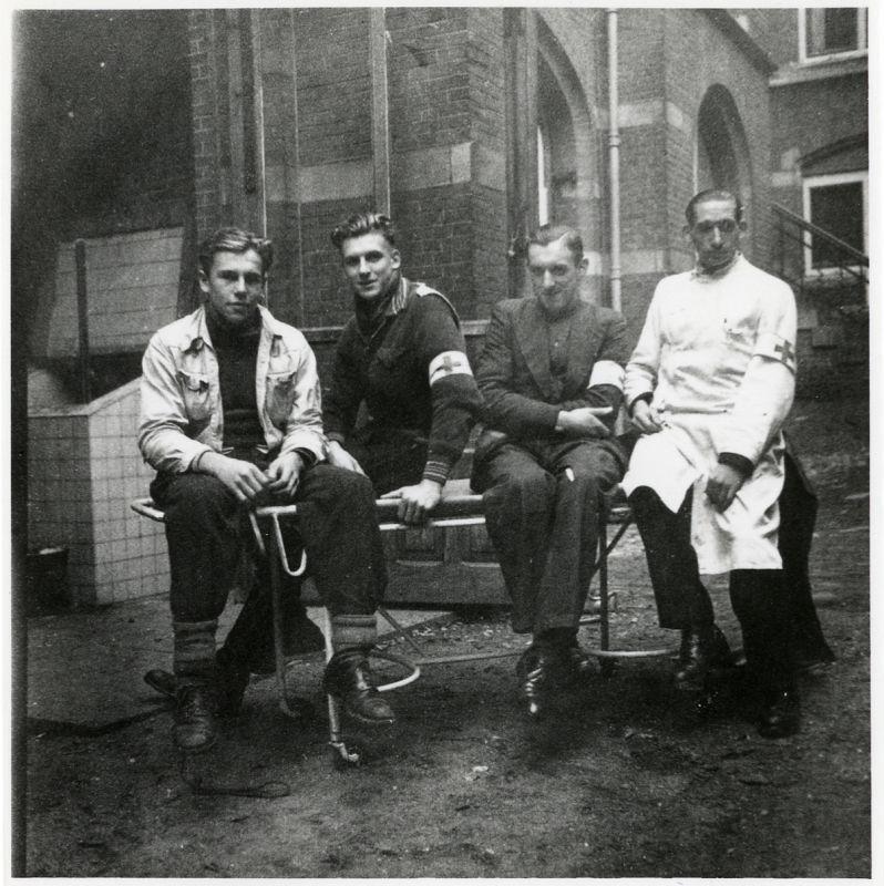 """Foto van Hans Kuik, Gerard Schreuder, Jan Kusters en Henk van Kuipers in het St. Elisabeths Gasthuis in Arnhem. September 1944. Collectie Airborne Museum """"Hartenstein"""""""