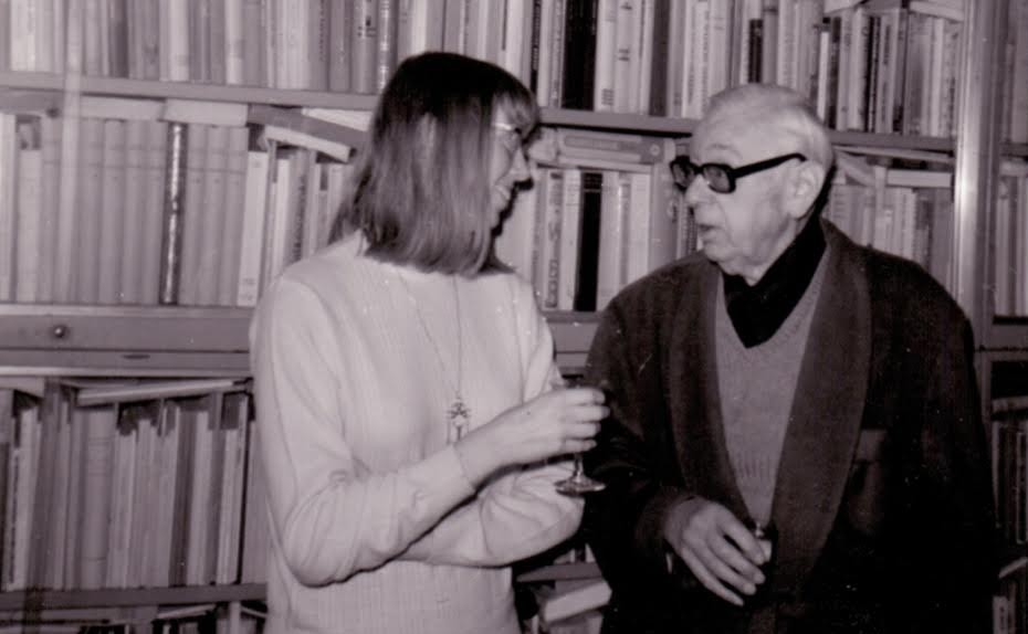 Amsterdam 1970. Van Vriesland samen met dochter Aline aan de borrel voor een van zijn boekenkasten. (collectie erven Victor E. van Vriesland)
