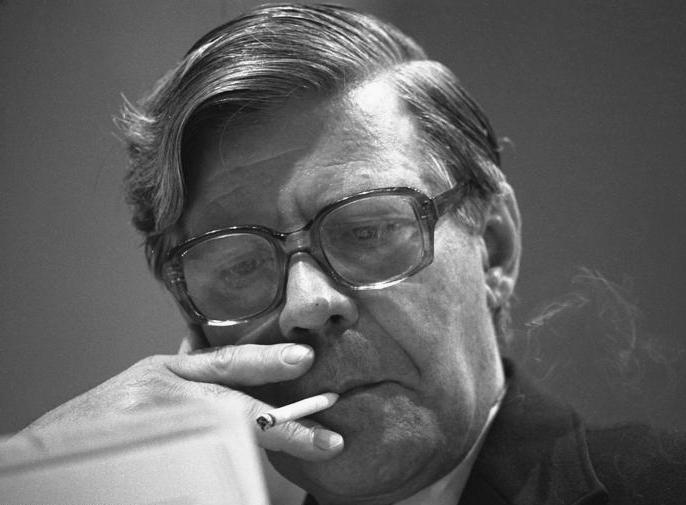 Een rokende Helmut Schmidt (cc - Bundesarchiv)