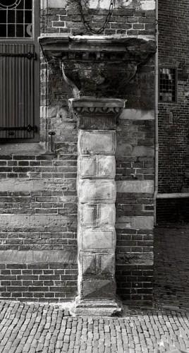 Iets of iemand aan de kaak stellen - © Henk Boudewijns