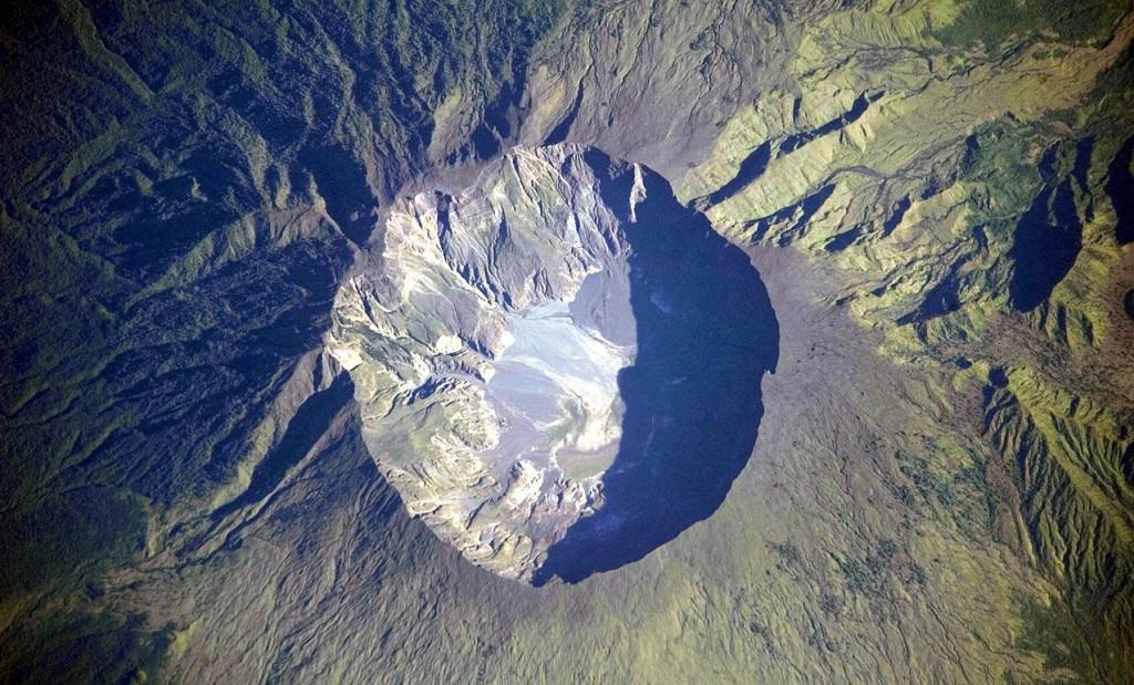 Top van de Tambora-vulkaan (NASA)