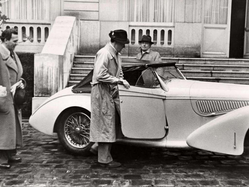 """Bij het huis van zijn tante Allene Tew in Parijs stapt Bernhard in zijn auto, 1938. Bron: Het Geheugen van Nederland (SFA022820681), foto uit het blad """"Het Leven""""."""