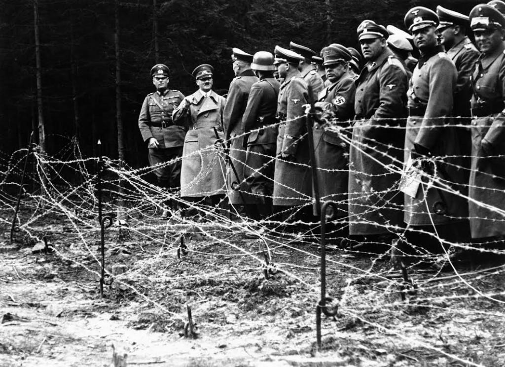 Hitler en andere nazi's bij een prikkeldraadversperring. Bron: c.o0bg.com