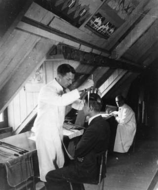 Antropologische metingen in Edam, juni 1944. Collectie Nieuw Land Erfgoedcentrum, Lelystad.