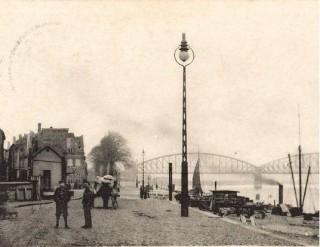 De Waalkade in Nijmegen  met elektrische verlichting, ca. 1900. Bron: willemsmithistorie.nl