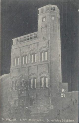 Verlicht gebouw tijdens de Electriciteits Tentoonstelling Nijmegen in 1910. B ron:  delcampe-static.net