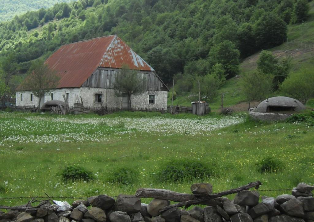 Bunkers bij een boerderij in Albanië (cc - Sigismund von Dobschütz)