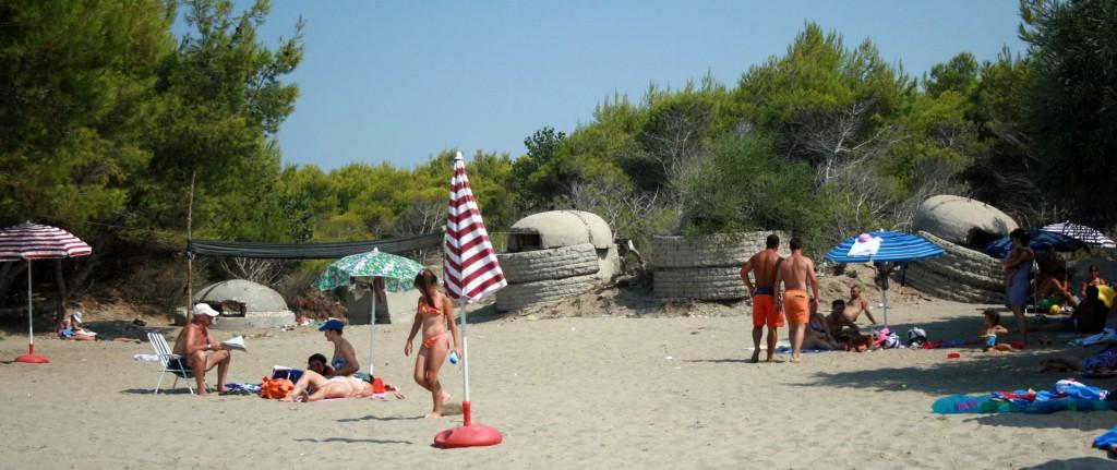 Bunkers op een strand in Albanië (cc - Elian Stefa)