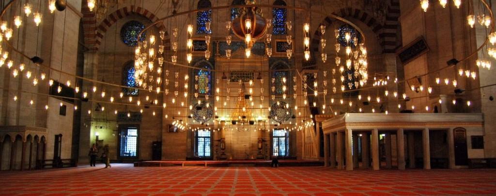 Interieur van de Süleymaniye-moskee in Istanboel