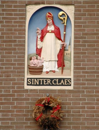 Sinterklaas: gevelsteen uit Amsterdam (Dam 2)