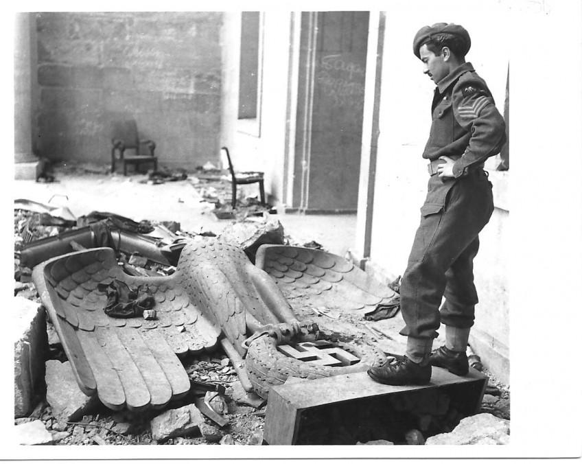 Britse soldaat bij een gevallen adelaar in het gebied Niederrhein, collectie Haas
