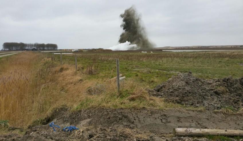 Foto van de ontploffing van de vliegtuigbom (Gemeente Sluis)