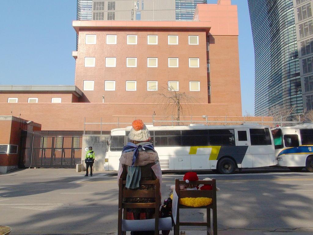 Het standbeeld voor de Japanse ambassade - cc
