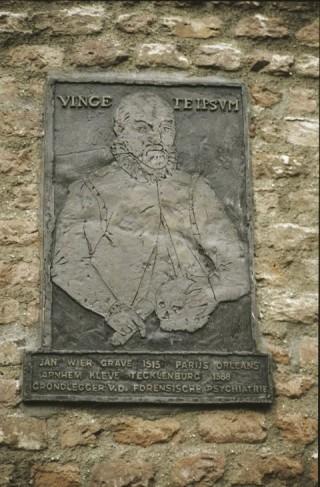Plaquette van Johannes Wier op het gebouw van de Rabobank in Grave, ter herinnering aan de 'advocaat van de heksen', die velen van de brandstapel wist te redden.