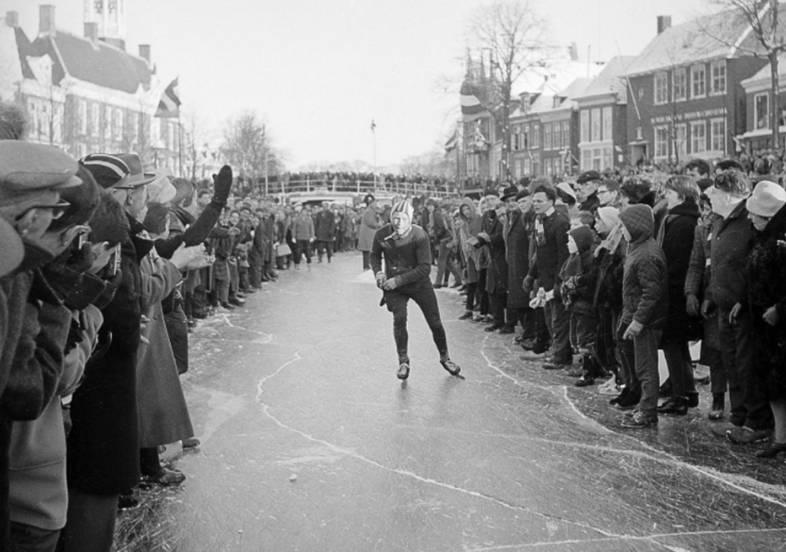 Reinier Paping tijdens de Elfstedentocht van 1963 (cc - Anefo)
