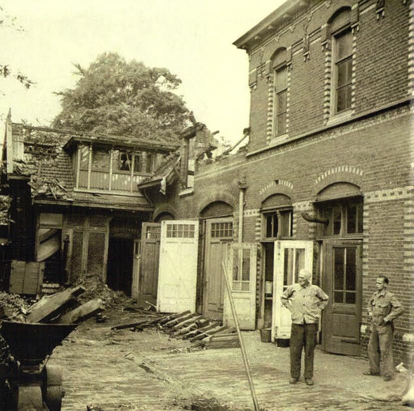 In de nacht van woensdag 13 op donderdag 14 juli 1941 bombardeerde de Engelse luchtmacht Duitse treinwagons met luchtdoelgeschut op het rangeerterrein achter Artis. Volgens het ochtendrapport van 14 juli 1941: 'De brandbommen richtten de nodige schade aan in het vogelhuis, de timmermanswerkplaats, enkele dienstwoningen (van de werkbaas en de tuinbaas) brandden geheel af, de keuken van het apenhuis, de Middenzaal, roofdierengallerij (op de hooizolder bij de benedenkooien), de kraanvogelgalerij, antilopenstallen, giraffenstallen, (waar het oppasserskamertje uitbrandde), het Zoölogisch Laboratorium, de wisentenperken, het nijlpaardenhuis, het skelettenmuseum en de Ledenserre. Vanwege de verstikkende rook in de dierverblijven moesten sommige dieren losgelaten worden, de jonge poema Minka, een  Bengaalse tijger, een giraffe en de nijlpaarden. Zij konden later echter gemakkelijk weer worden gevangen.' (foto Stadsarchief Amsterdam)