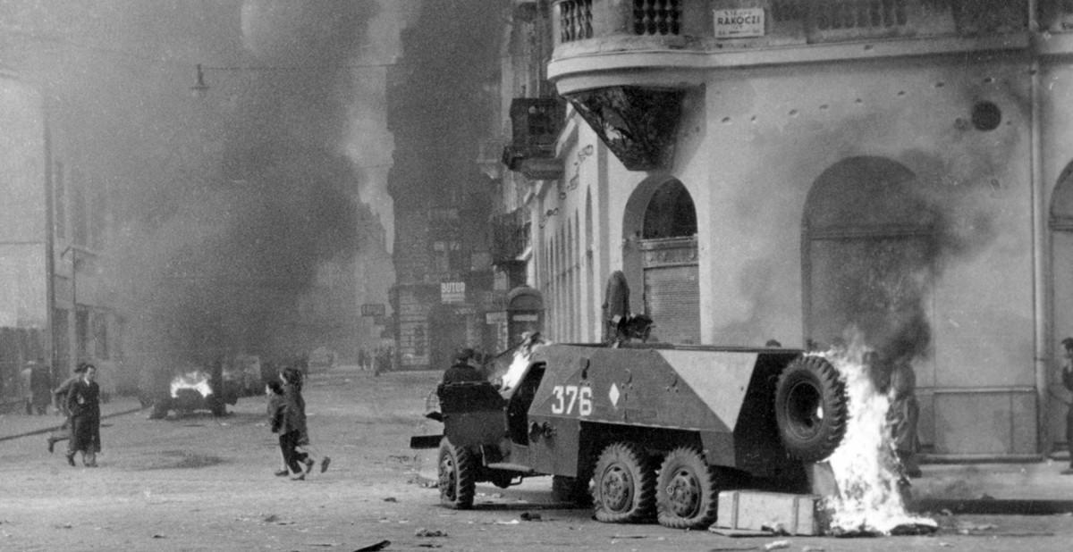 Straatgevechten in Boedapest. Op de voorgrond een stukgeschoten Sovjet-pantserwagen (Házy Zsolt – Foto: CC - Fortepan — ID 12830).