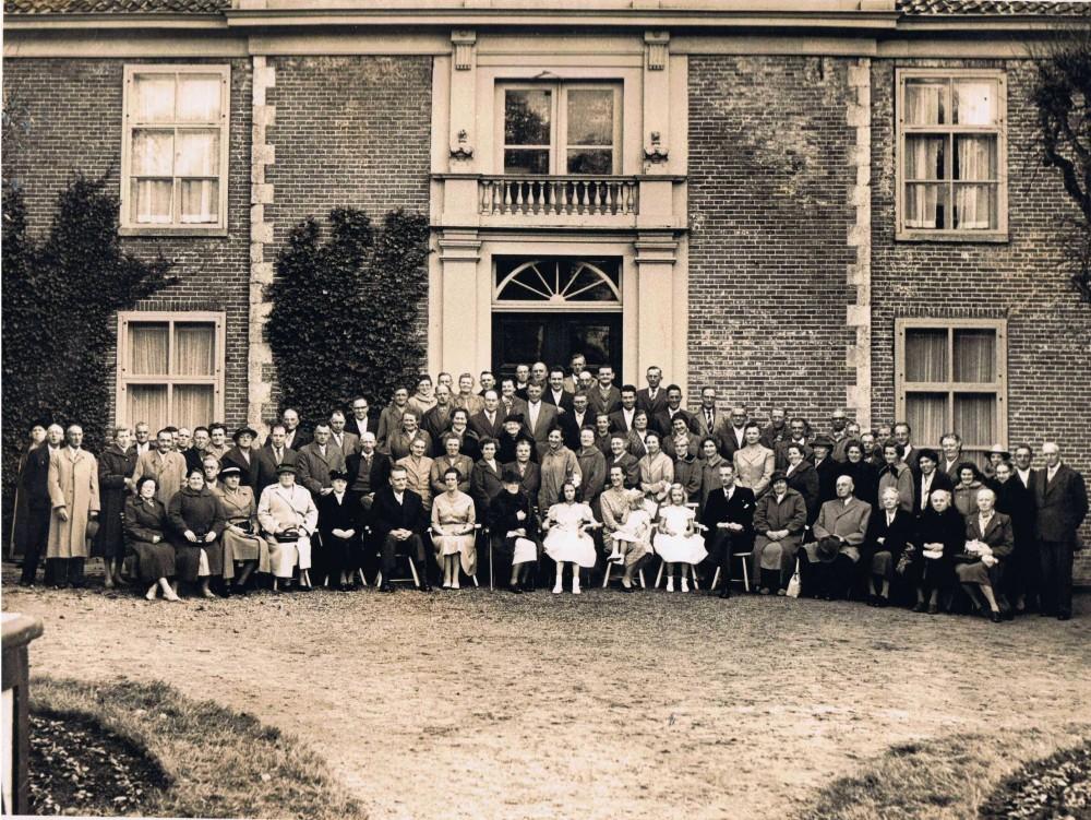 Mevrouw Van der Hoop tachtig jaar, 3 november 1959. Zij zit in het midden, omringd door familie, pachters en personeel