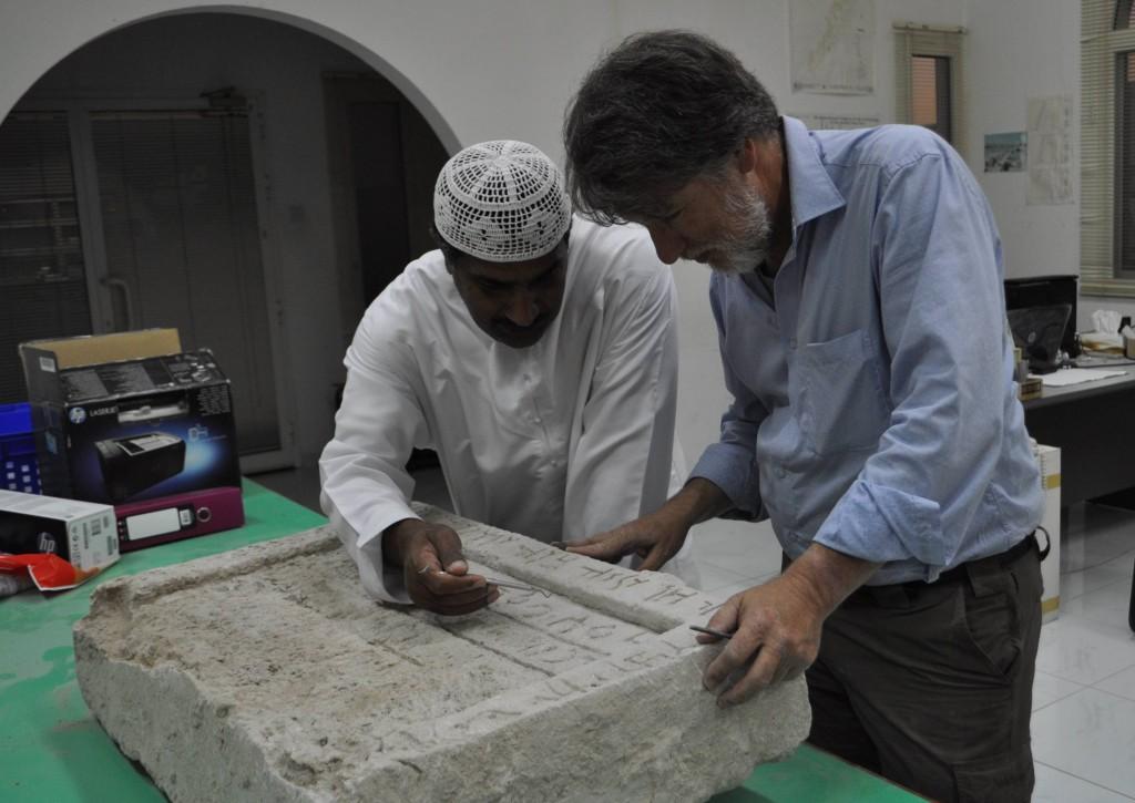 Eisa Yousef van het Department of Antiquities van Sharjah en Bruno Overlaet onderzoeken de inscriptie (Jubelparkmuseum)
