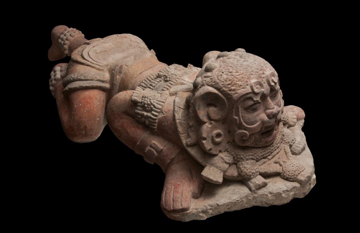 Krijger met een jaguarmasker, 250 - 600 na Christus, kalksteen, collectie: Fundación La Ruta Maya, Guatemala
