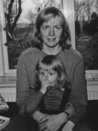 Eva Vriend en haar moeder, waarschijnlijk in 1978, het jaar dat haar moeder ziek werd.