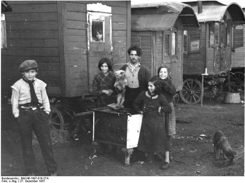 Sinti voor hun woonwagens, 27 december 1937