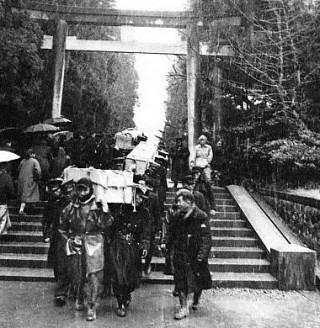 De doden worden afgevoerd bij de Yahiko-tempel, 1956. Bron: www.ranker.com