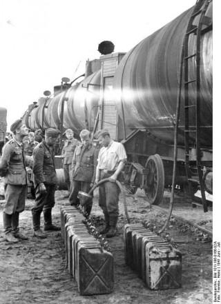 Duitse soldaten vullen jerrycans in Rusland, 1941. Bron: Bundesarchiv Duitsland, Bundesarchiv_Bild_101I-186-0166-02A / Duitse Wikimedia