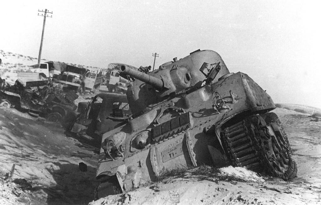 Beschadigde Egyptische tank tijdens de Suezcrisis, 1956