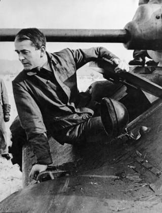 Albert Speer op een legervoertuig, Bron: Bundesarchiv