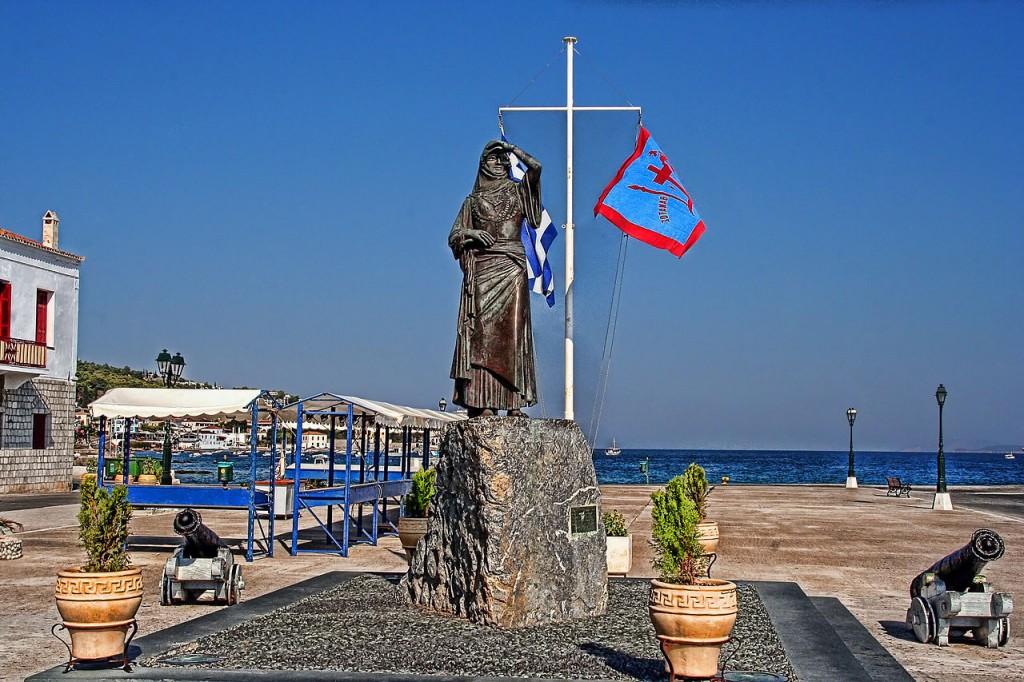 Standbeeld van Bouboulina in de haven van Spetses