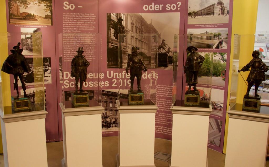 De van het Koninklijk Huisarchief geleende miniaturen van de Oranjestadhouders in de Humboldtbox, het bezoekerscentrum van het nieuwe paleis.