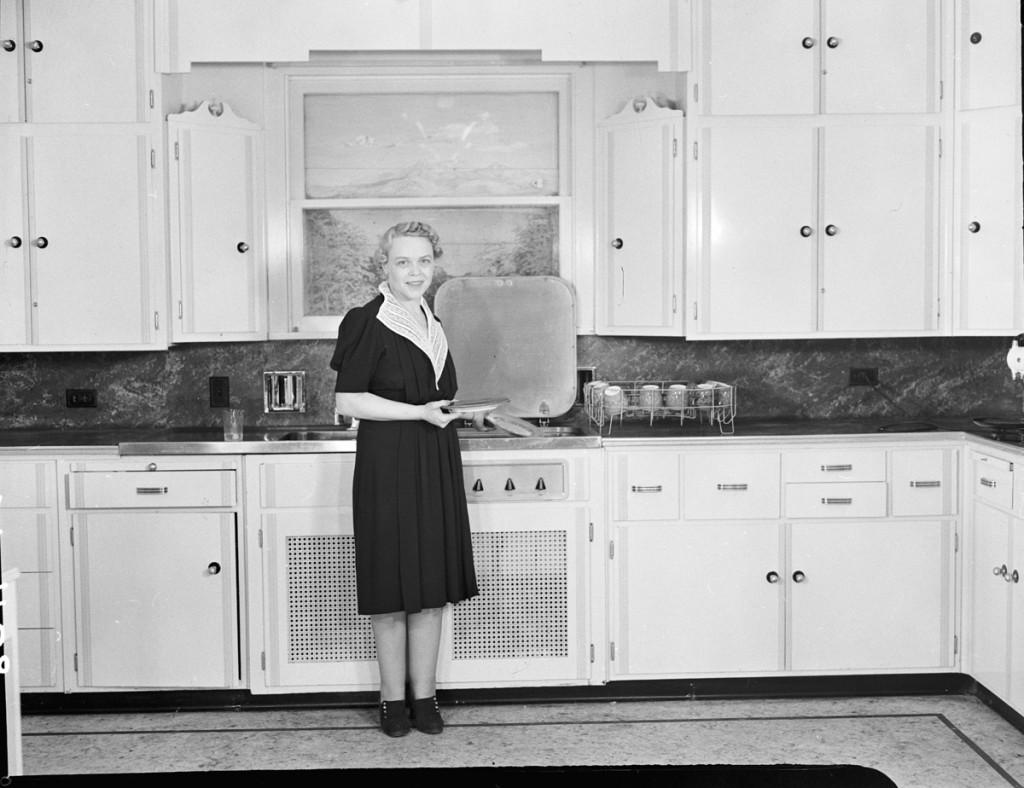 Vrouw in de keuken, 1939 - cc